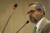 Pressionado, MEC estuda novas datas para o Enem e Weintraub anuncia consulta pública