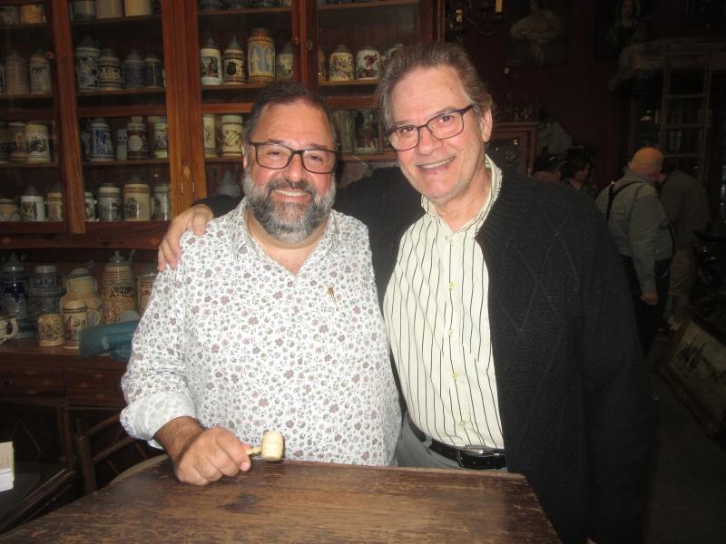 Daniel Chaieb e Carlos Schmidt em dia de leilão de arte no Espaço Cultural Porto Alegre