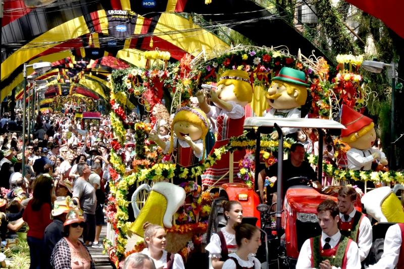 Desfiles temáticos pelas ruas do município atraem milhares de pessoas com roupas típicas da Alemanha