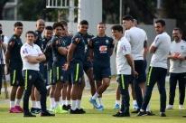 Com apenas 11 jogadores e sem goleiros, seleção inicia treinos para amistosos