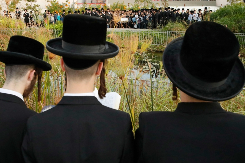 Praticado por judeus da dinastia Hasidic, a cerimônia envolve visitar um local com água