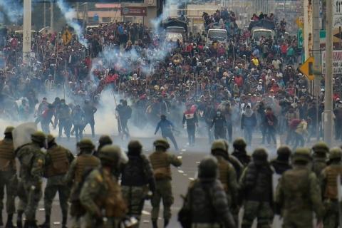 Manifestantes invadem Assembleia do Equador