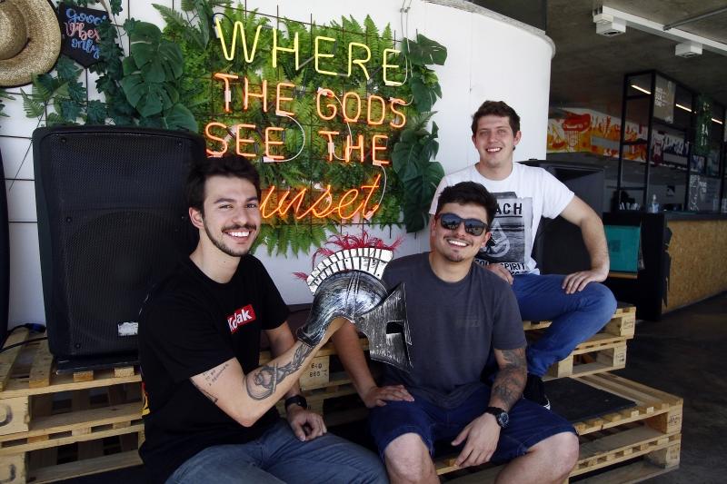 Matéria para o GeraçãoE com Raphael Augusto Peter (de camiseta branca), Ramon Nobre da Luz (de camiseta kodak) e Gustavo Ghidini Silva (óculos escuros),  sócios Bar do Espartano, na Orla Moacyr Scliar.
