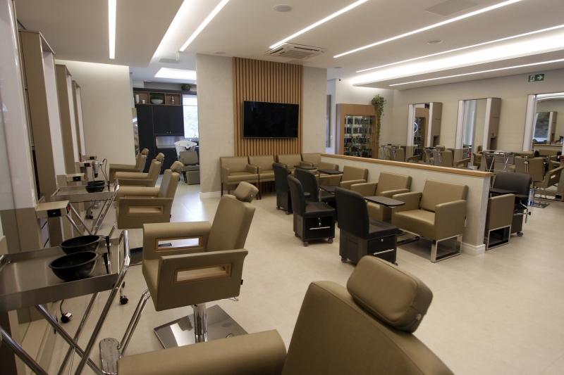 DUO Coworking conta com 11 estações híbridas para maquiadores e cabeleireiros.