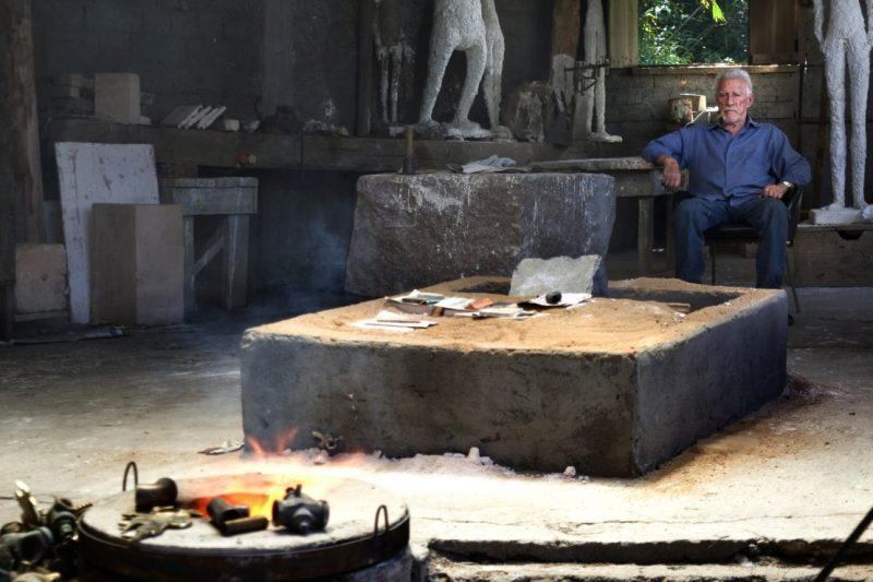 Luiz Eduardo Robinson Achutti registrou o escultor em seu ambiente de trabalho