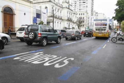 Prefeitura de Porto Alegre permitirá táxis nas faixas de ônibus a partir de segunda-feira