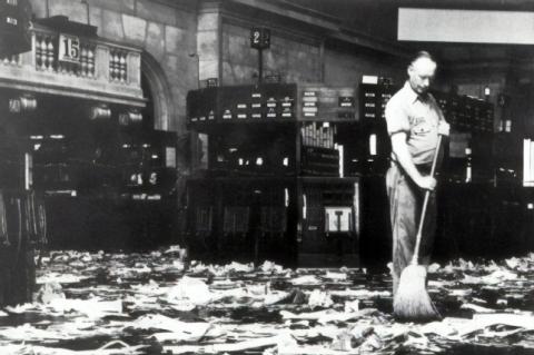 Faxineiro limpando o chão da bolsa de valores em outubro de 1929