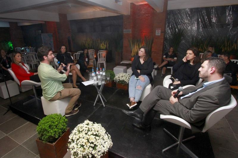 Silvana Piccinini Loss, Mauro, Luciana Dalfollo Ferreira Termignoni, Isadora, Camila Balbé e Lucas Zampieron no Debate sobre a presença online e off-line das marcas.