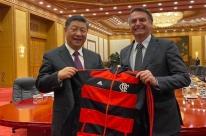 Bolsonaro dá uniforme do Flamengo de presente para Xi Jinping