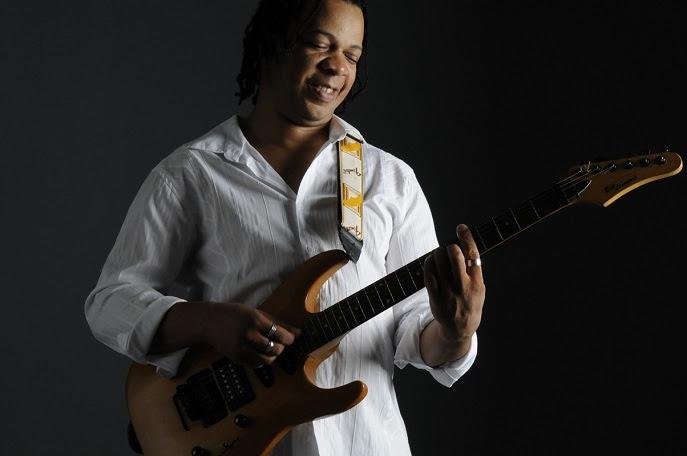 Dentro do projeto Som no Salão, cantor e compositor apresenta o espetáculo 'Ayò'