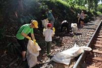 Ação recolhe 10 toneladas de lixo em área às margens de ferrovia