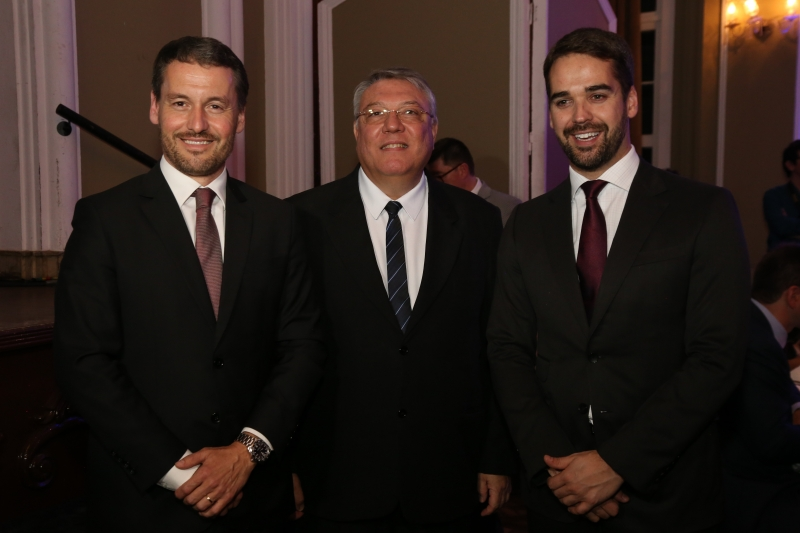 O presidente do Sinduscon-RS, Aquiles Dal Molin Junior, Fabiano Dallazen e Eduardo Leite