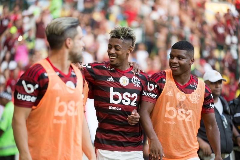 Bruno Henrique (c) marcou três gols na vitória por 4 a 1 contra o Corinthians