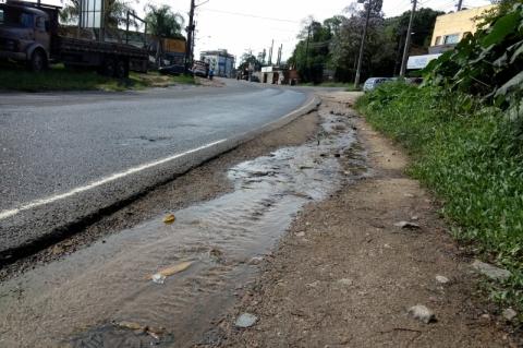 Esgoto obriga pedestres a caminhar na pista em via de Porto Alegre