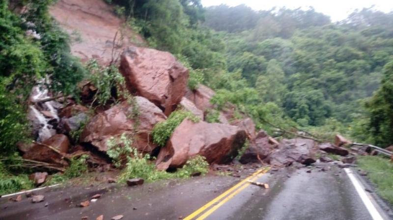 Trecho da RS-122 entre São Vendelino e Farroupilha foi totalmente bloqueado