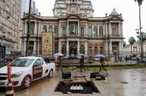Protótipo de novo relógio de rua de Porto Alegre começa a ser instalado