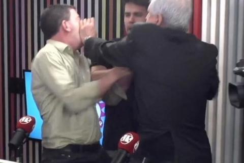 Augusto Nunes agride Glenn Greenwald após ser chamado de 'covarde' ao vivo