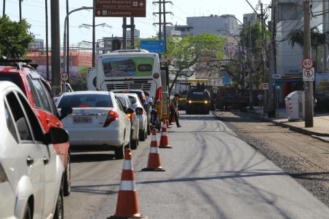 Obras em avenida de Porto Alegre causam engarrafamento e lentidão no trânsito