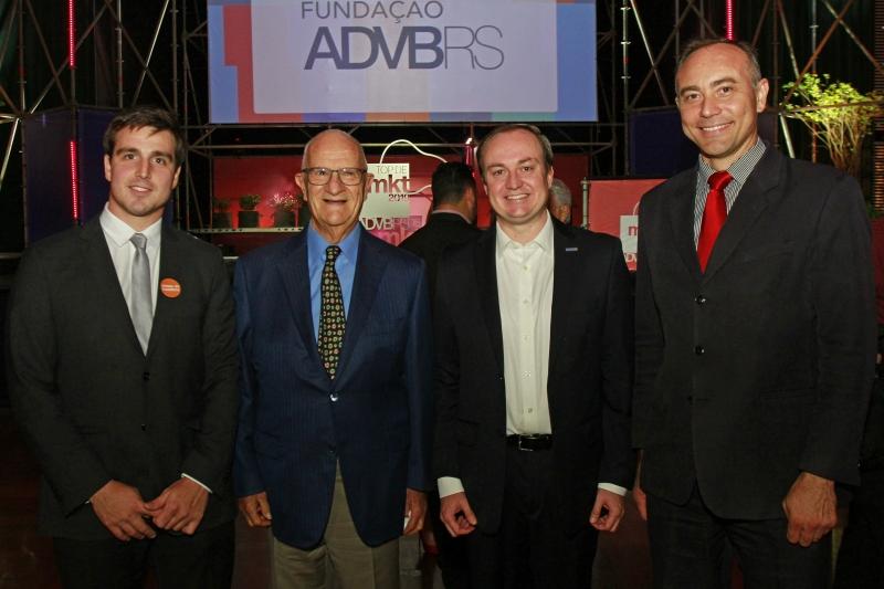 Giovanni Jarros Tumelero, Jaime Sirotsky, Rafael Biedermann Mariante e Alexandre Gadret na noite de premiação na Casa NTX