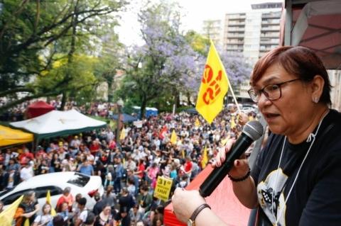 Professores protestam contra pacote de Leite e anunciam greve a partir de segunda-feira