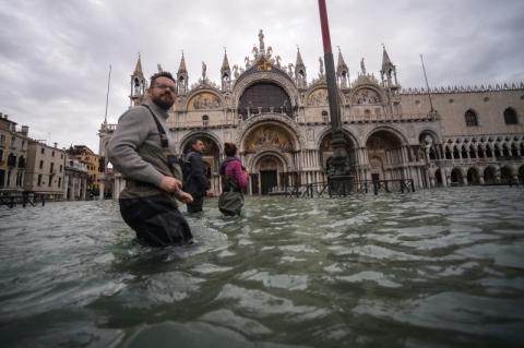 Maré alta volta a inundar Veneza e praça São Marcos é fechada