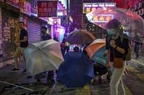 Polícia de Hong Kong foge de ataque de estudantes em câmpus de universidade