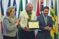 Luciano Hang recebe medalha do Mérito Farroupilha