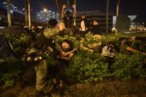 China ameaça intervir, mas manifestantes de Hong Kong seguem em universidade