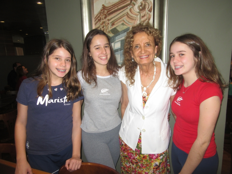 Maria Helena Pozzebon entre as netas Isabela, Laura e Mariana Pozzebon