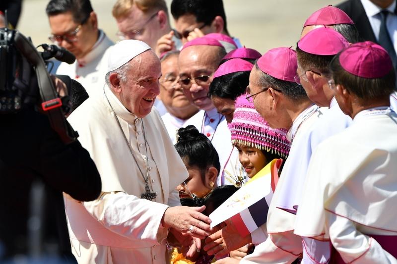 Francisco foi recebido por representantes do governo tailandês e da Igreja Católica no país