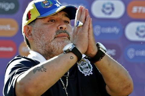 Maradona volta atrás e anuncia que continua como técnico do Gimnasia La Plata