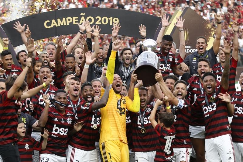 Time do Flamengo festejou o título ao erguer a taça com festa no estádio em Lima