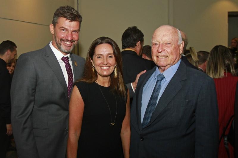 Eduardo Bier Corrêa, empresário do ano, com Fernanda Bertaso e Jorge Gerdau Johannpeter