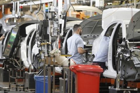 Indústria interrompe três meses de alta e cai 1,2% em novembro