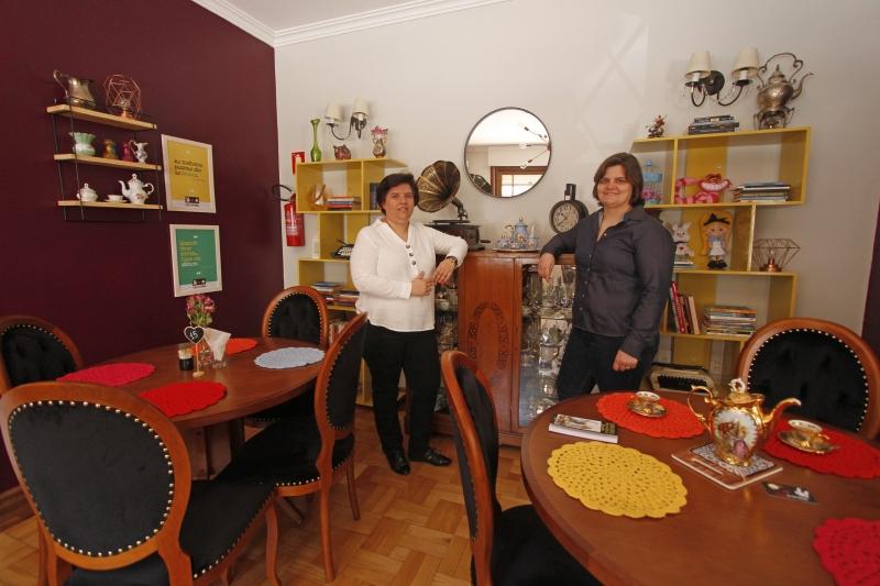 Café temático de Alice no País das Maravilhas abre na Cidade Baixa. Na foto: Paula Brum e Naiá Mânica