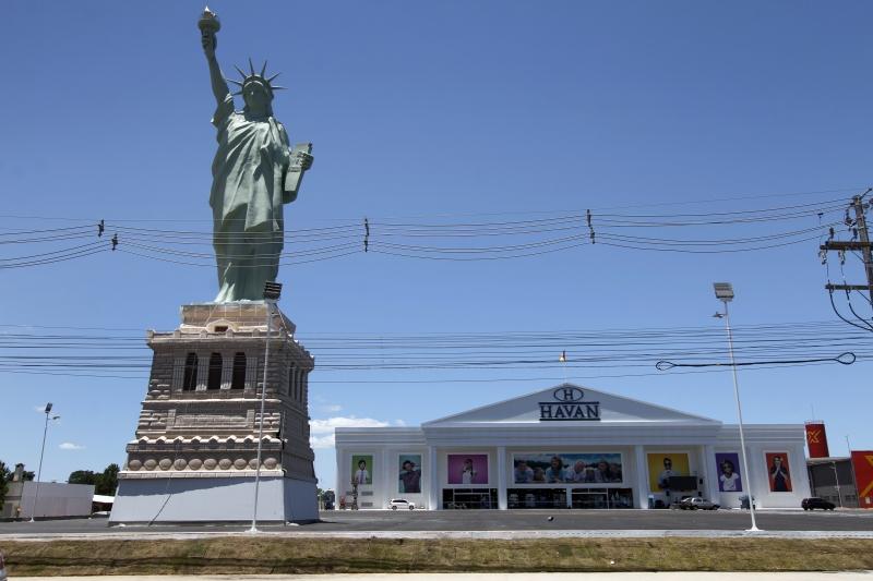 Réplica da Estátua da Liberdade já foi instalada em frente à unidade