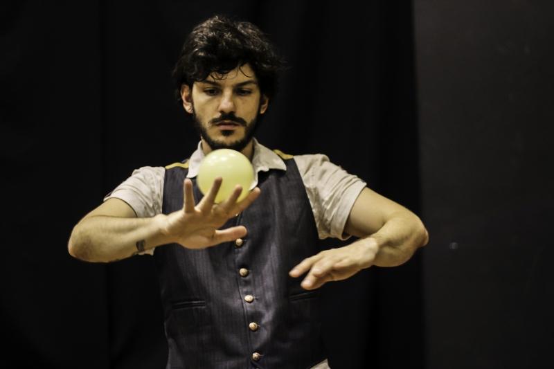 Artista e produtor Vinícius Zucatti atua na montagem 'Corpo inquieto'