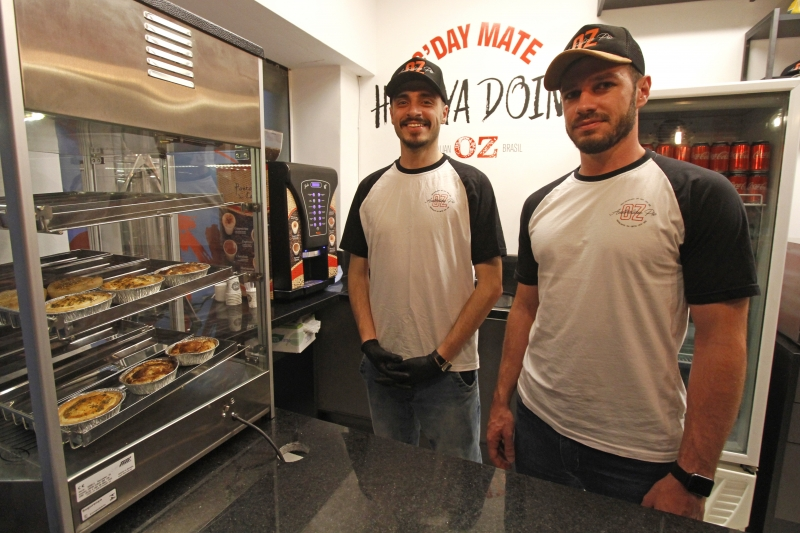 Guilherme Fernandes e Jackson Tibolla atendem na OZ Australian Pie