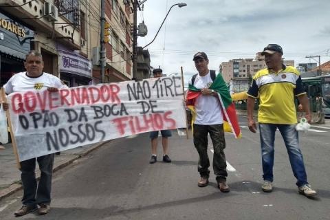 Servidores fazem caminhada em protesto contra pacote de Eduardo Leite