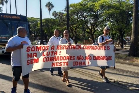 Rodoviários voltam a protestar em Porto Alegre contra extinção do cargo de cobrador