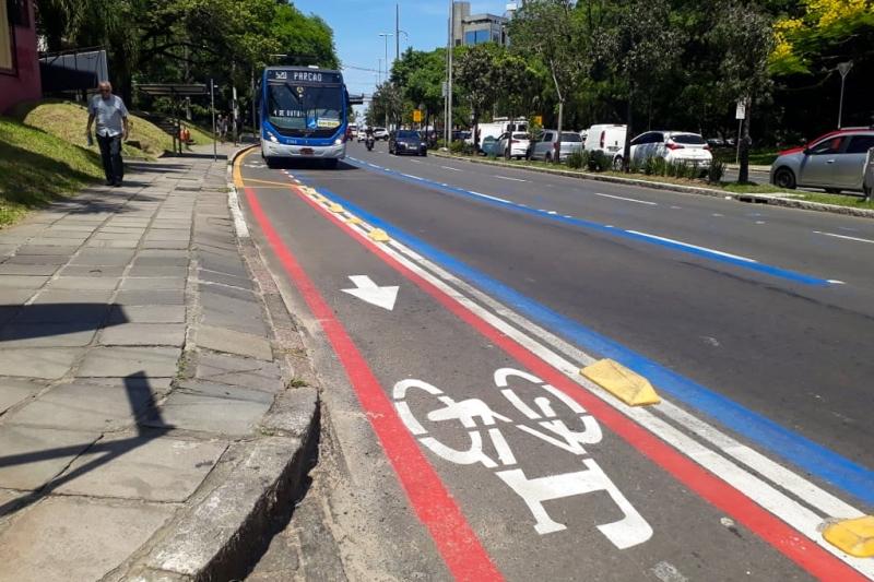 O projeto ainda conta com uma ciclovia junto à faixa de ônibus