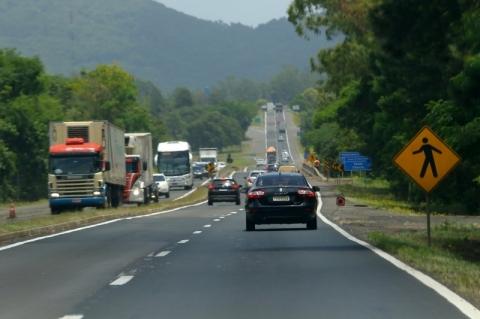 Fluxo de veículos em estradas com pedágio avança 11,2% em agosto, diz ABCR