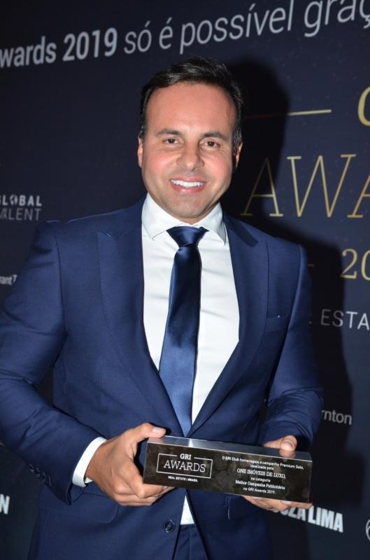 Cristiano Cruz com o prêmio GRI Awards