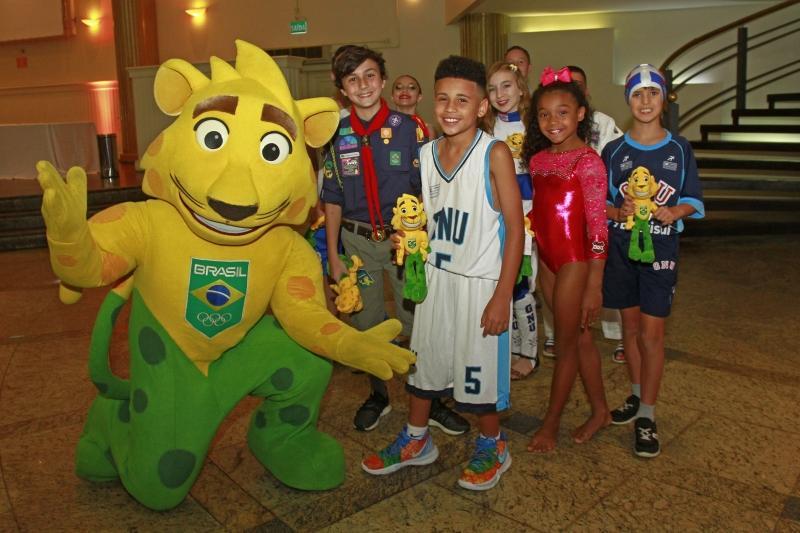 Ginga, mascote do COB, junto com os atletas mirins do União