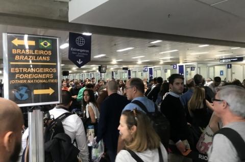 Estrangeiros fazem fila em aeroporto do Rio para virada do ano