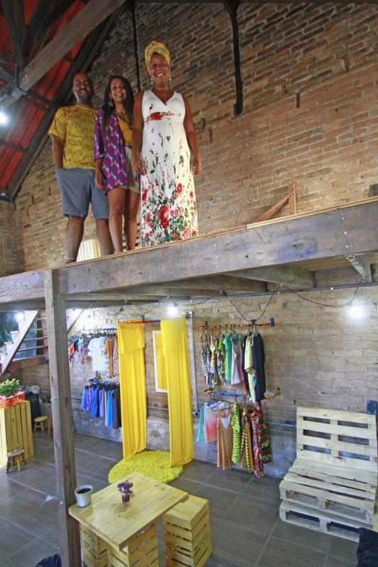 Estrutura e produtos a venda no Coletivo Casa de Joana, na Cidade Baixa.