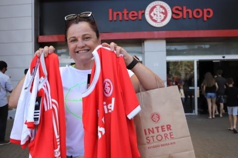 Torcedores do Inter lotam loja no Beira-Rio em busca de nova camisa Colorada
