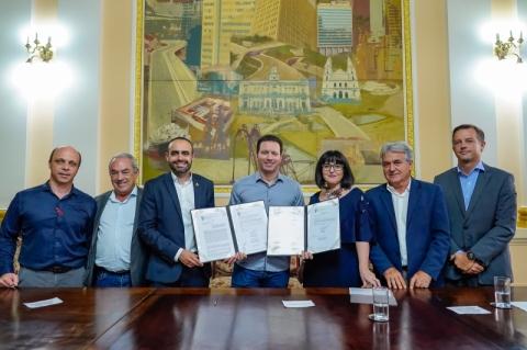 Prefeitura de Porto Alegre assina concessão dos relógios de rua