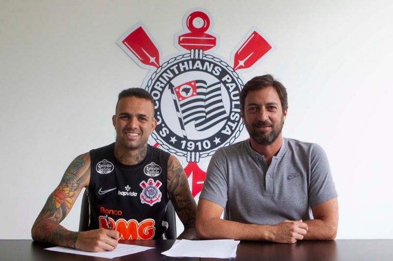 Luan assinou contrato ao lado do diretor de futebol do Corinthians, Duilio Monteiro Alves