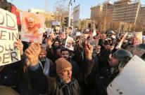 Irã convoca embaixador britânico para explicar presença em ato contra aiatolá